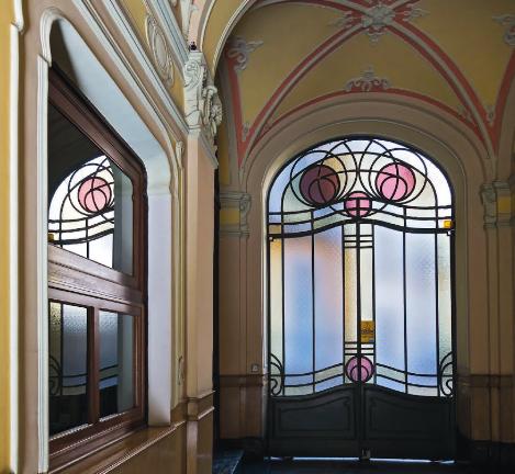 Le vetrate colorate dei portoni: un dettaglio nascosto, tutto torinese.