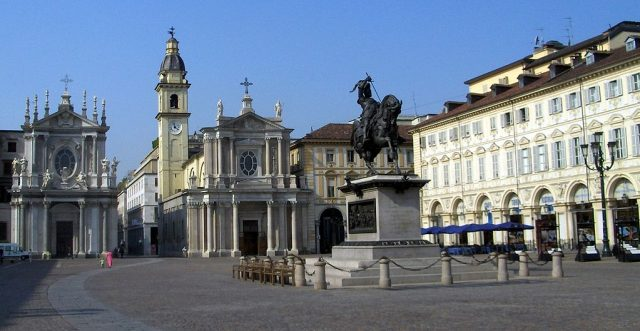 Addio a San Carlo, al suo posto arriva una profumeria: piazza San Carlo continua a cambiare volto