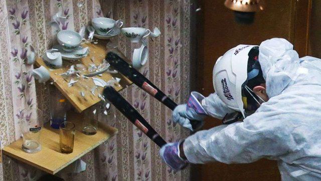 Apre a Torino la Rage Room, la stanza in cui si sfoga la rabbia rompendo oggetti: boom di prenotazioni