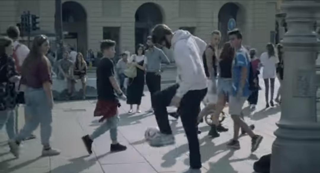 CR7 palleggia in piazza Castello vestito da clochard: è lui o un sosia?