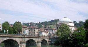 A Torino il Po ripulito dai rifiuti e dalla plastica: in acqua reti galleggianti per liberare il fiume