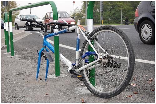 bicicletta a cui hanno rubato la gomma anteriore