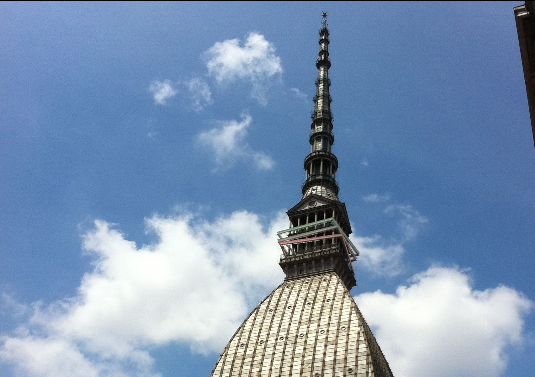 Mole Antonelliana in primo piano con sfondo cielo azzurro