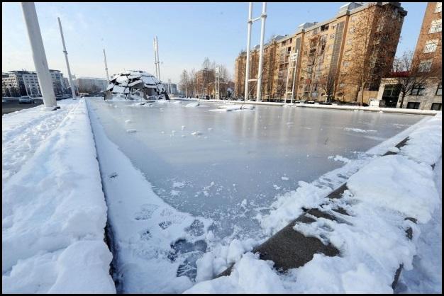 E se la fontana di corso Mediterraneo si ghiaccia, perchè non giocarci ( ad hockey) sopra?