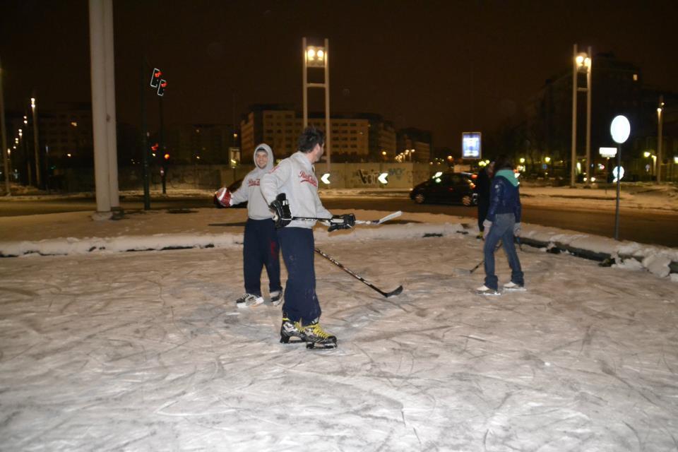Photo of E se la fontana di corso Mediterraneo si ghiaccia, perchè non giocarci ( ad hockey) sopra?