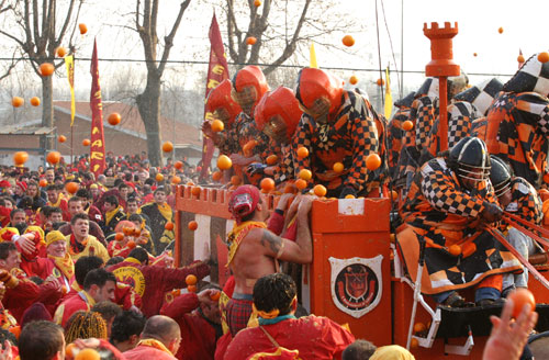 Photo of Ma perché ad Ivrea festeggiano il Carnevale tirandosi le arance?