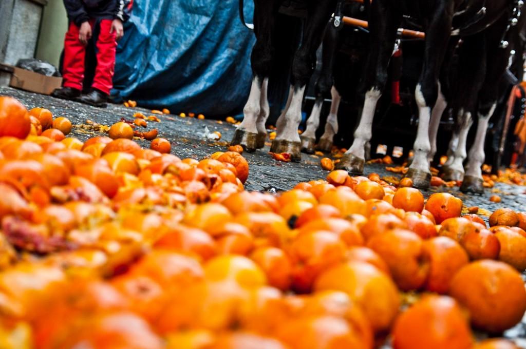 Ma perchè ad Ivrea festeggiano il Carnevale tirandosi le arance?
