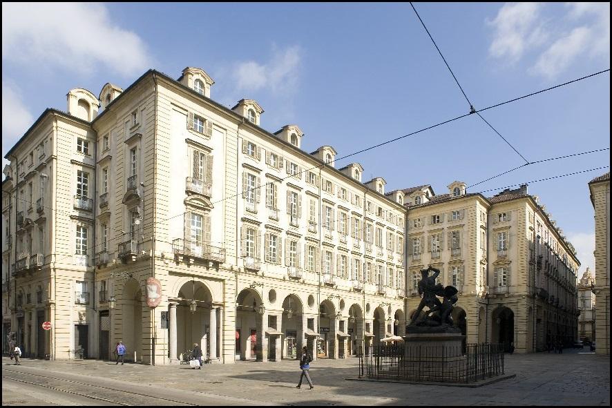 Perdersi tra erbe e profumi davanti al municipio: il mercatino delle erbe di Torino