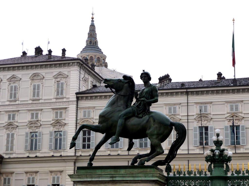 Cavalli (e cavalieri) marmorei che dominano Torino