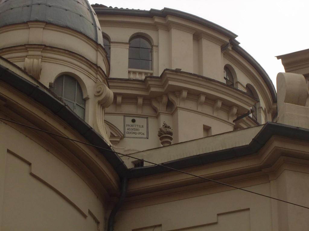 Palla di cannone dell'assedio 1796 ancora presente sulla facciata della chiesa della Consolata