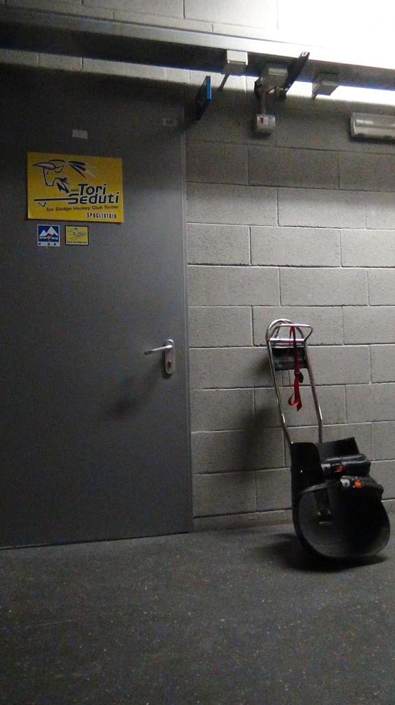 Lo spogliatoio della squadra e uno degli slittini usati dai giocatori