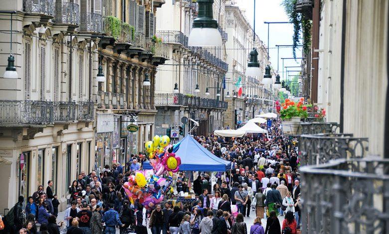 folla di gente in via Garibaldi Torino