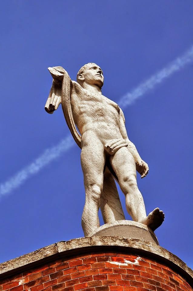 La statua mutilata di via Palmieri di Torino