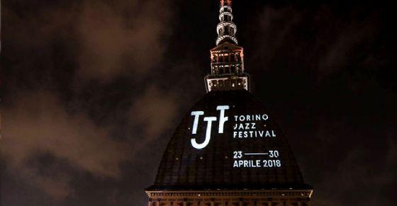 Il logo del Torino Jazz Festival sulla Mole Antonelliana: il simbolo di Torino celebra il ritorno dell'evento