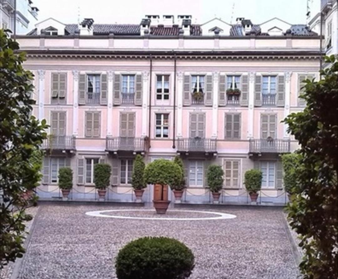 Photo of In via della Rocca, la più chic di Torino, un tempo vi erano bastioni e mulini: ce lo racconta la nostra House Hunter Laura Polesinanti