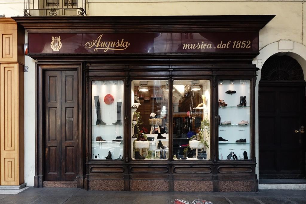 Photo of Torino, un negozio di cannabis prende il posto dello storico locale di via Po, sede della SEMT