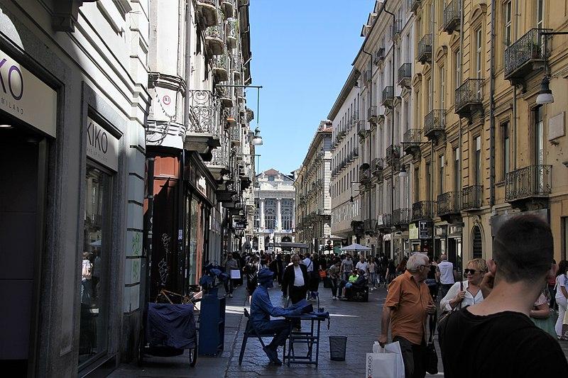 C'era un tempo in cui i tram transitavano su via Garibaldi a Torino...