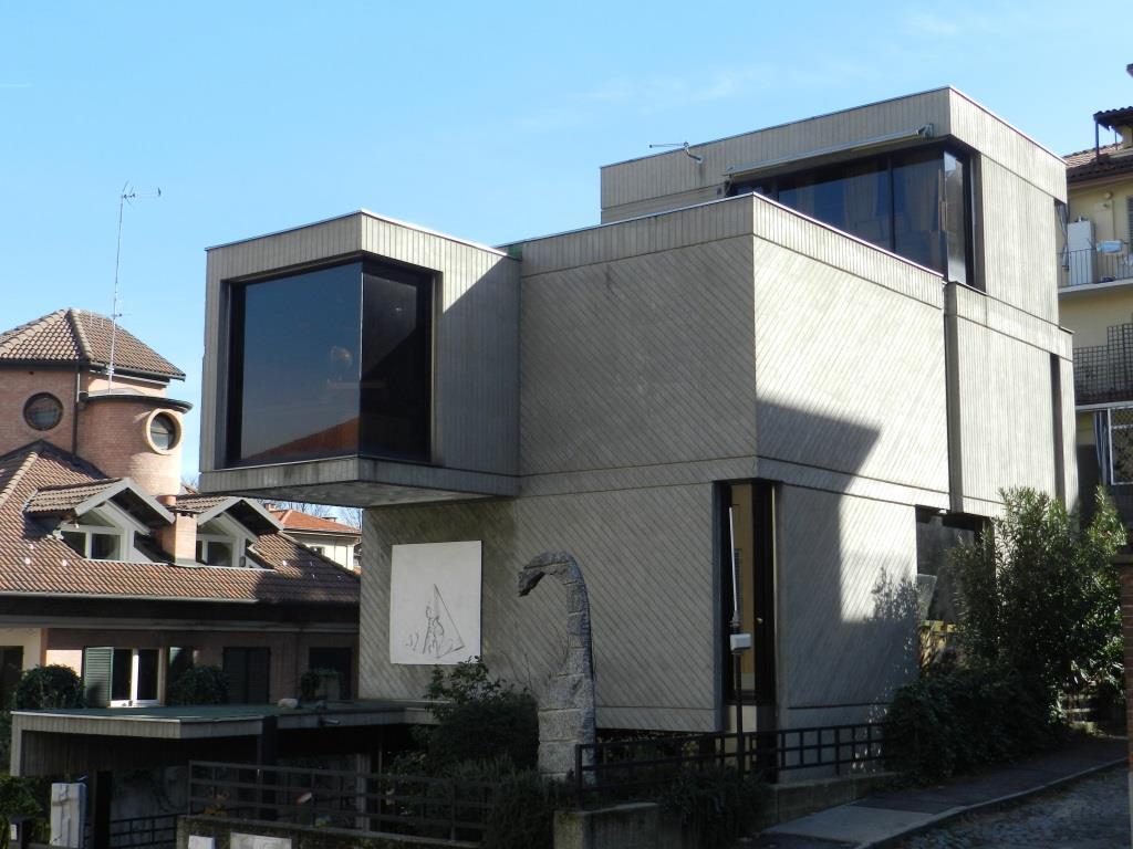 Photo of Il cubo in cemento armato che si trova in Borgo Po: uno degli edifici più originali della nostra città, di cui ci parla la nostra House Hunter
