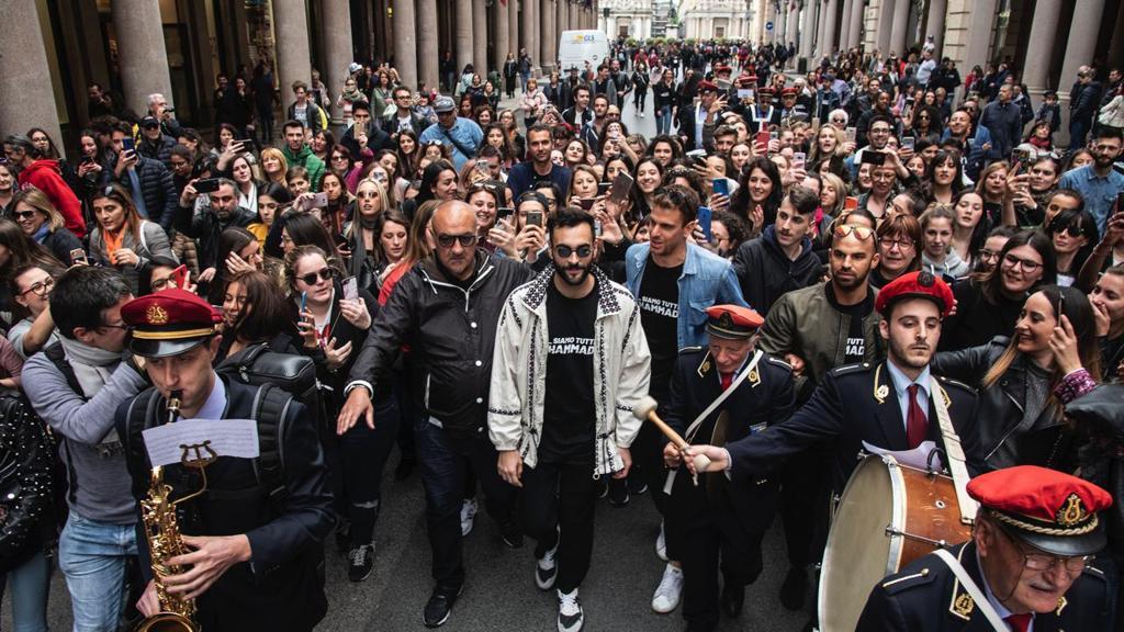Blitz a sorpresa di Marco Mengoni a Torino: il cantante in via Roma con la banda di Mirafiori