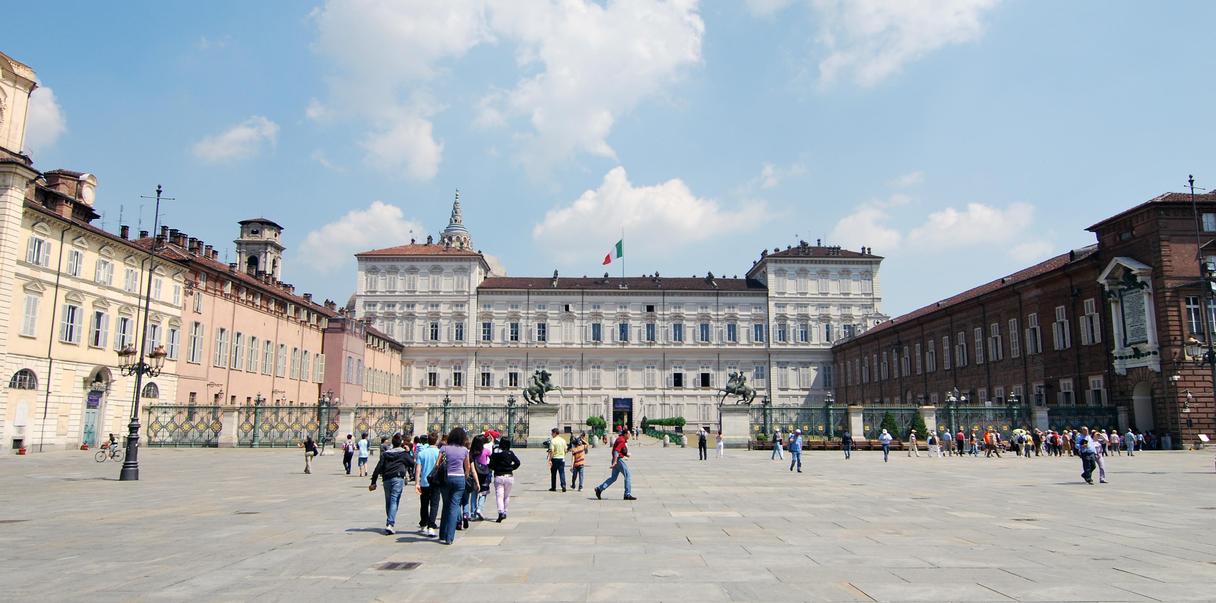 Photo of Torino, dai portici di piazza Castello cadono calcinacci: l'area chiusa ai passanti