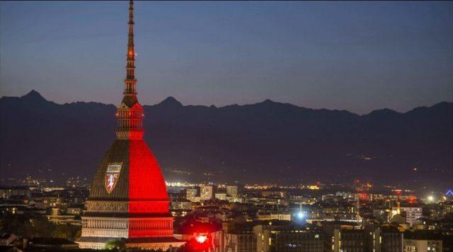 La Mole Antonelliana si illumina di granata in onore al Grande Torino
