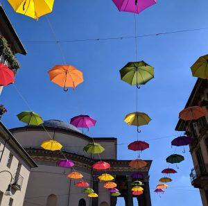 Torino, in via Monferrato arrivano 400 ombrelli colorati: un'installazione temporanea per rallegrare la strada pedonale