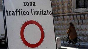 Ztl, a Torino sospesa per 12 giorni ad agosto: non si pagheranno neanche le strisce blu
