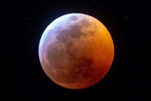 In arrivo l'eclissi lunare parziale, a Torino tanti posti stupendi per ammirare la Luna Rossa