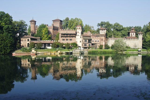 Erba alta al Borgo Medievale: nascosto dalle piante il gioiello del Parco del Valentino