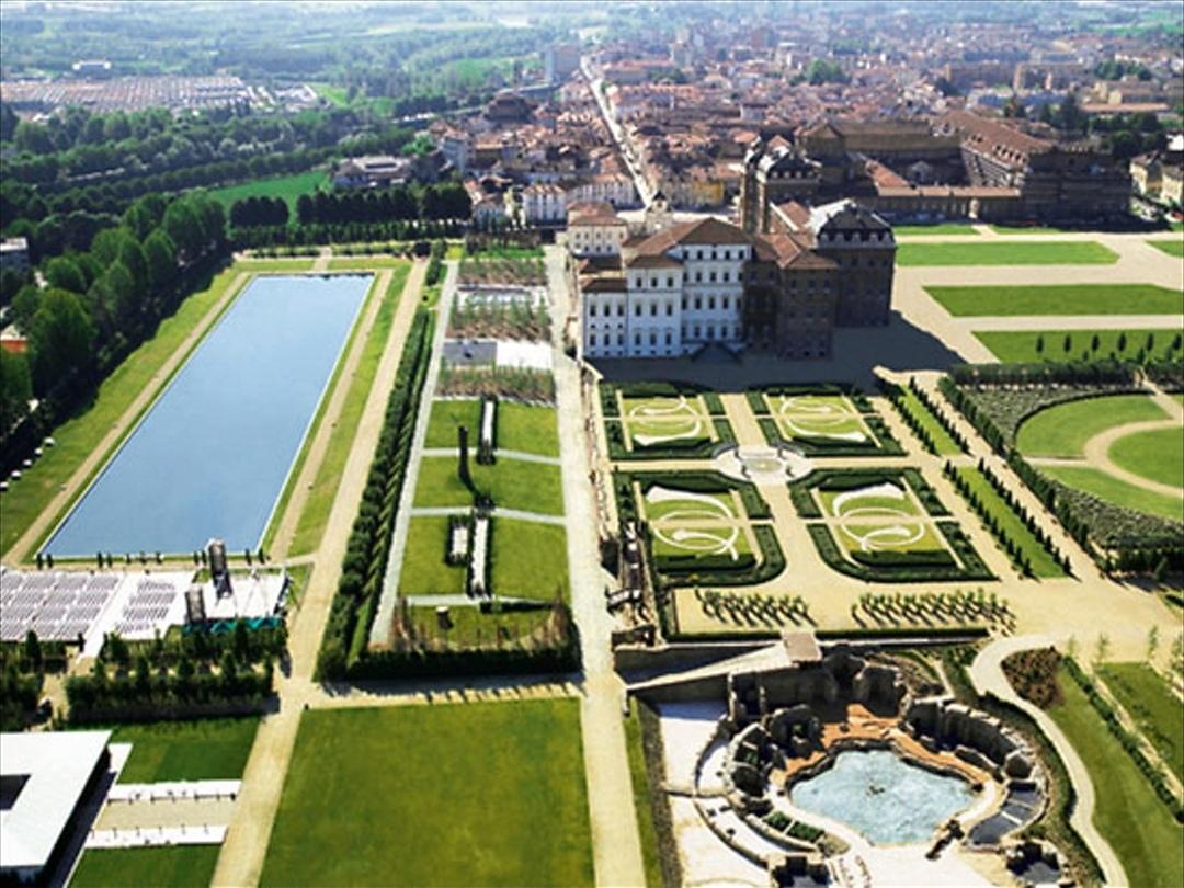 Boom di turisti a Ferragosto a Torino: lunghe code davanti a musei e Reggia di Venaria