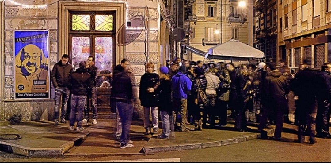 Movida, a Torino giro di vite per i nuovi micro-locali dove si beve in strada