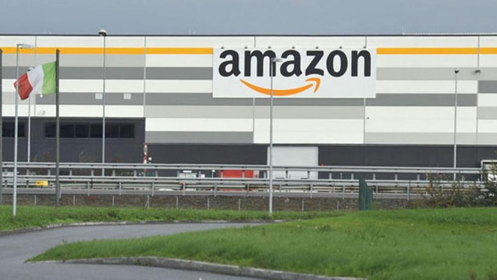 Amazon, a Torino i dipendenti a lavoro in pigiama per i bimbi malati