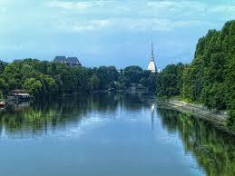 A Torino il Po ripulito dai rifiuti e dalla plastica: in acqua reti galleggianti per liberare il fiume e proteggere la flora e la fauna