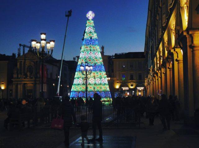 L'Albero di Natale di Torino si accende in piazza San Carlo: uno spettacolo straordinario nel Salotto della Città