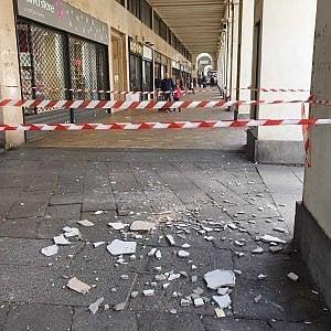 Photo of Torino, crolla un pezzo di volta dei portici di Via Po. Dubbi sulla manutenzione