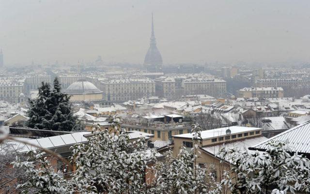 In Piemonte arriva l'inverno: neve a Torino, un metro sulle Alpi e fiocchi in città