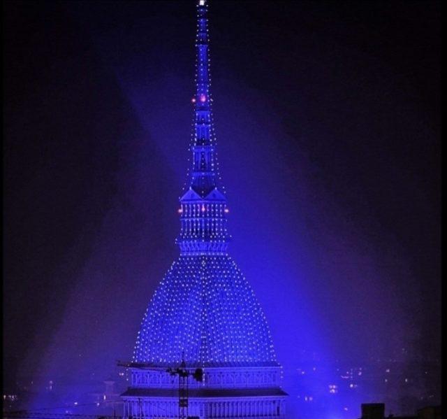 La Mole Antonelliana illuminata per le feste: il simbolo della città si veste di blu