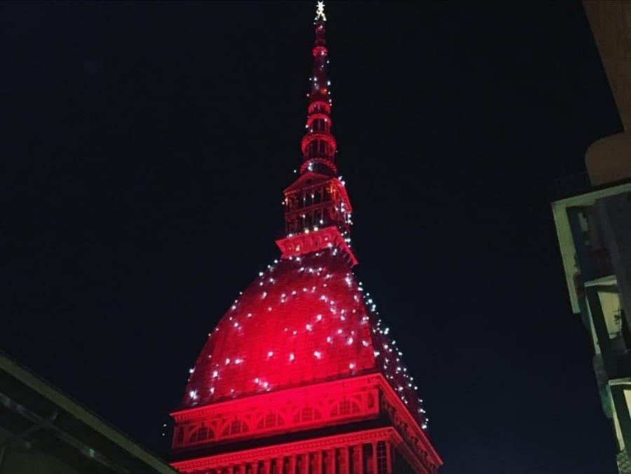 Photo of La Mole Antonelliana si illumina di rosso per Natale e per la Vigilia