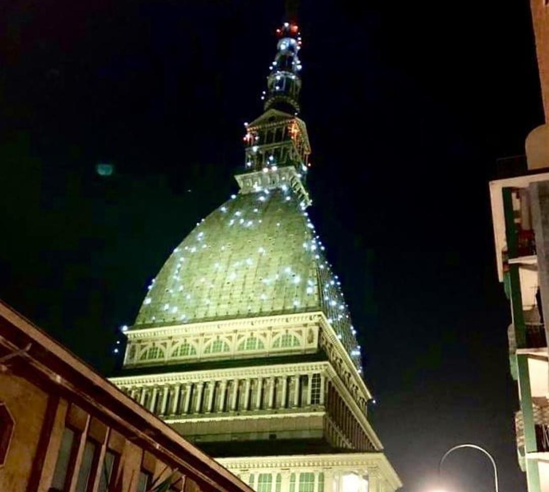 """Photo of La Mole Antonelliana si illumina di """"color bollicine"""" per Capodanno"""