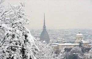 Meteo, a Torino arriva la neve: primi fiocchi in città