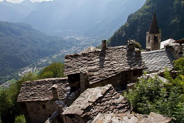 tetti pietre di un borgo montano