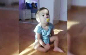 Aiutiamo Kevin a camminare: il bambino torinese nato senza tibia e rotula ha bisogno di aiuto per le cure