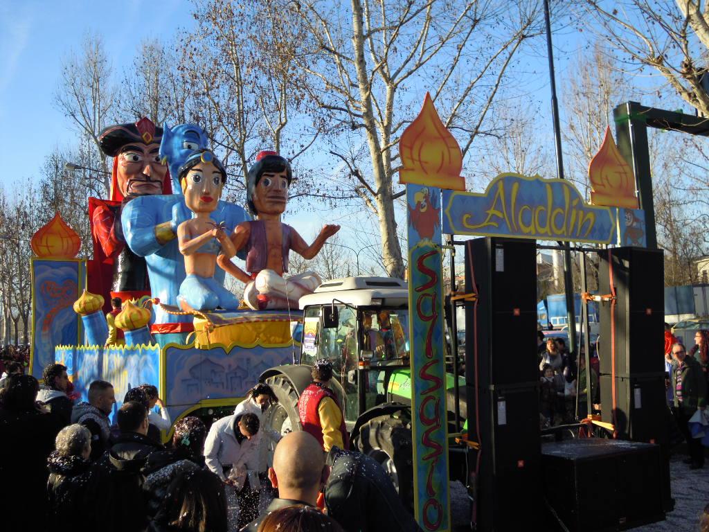 sfilata di Carnevale con maschere all'aperto
