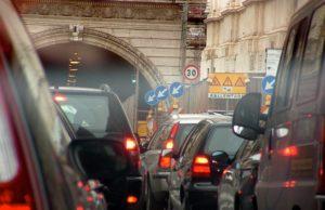 Blocco del traffico, gli euro 5 rischiano lo stop fino a lunedì: domani le nuove rilevazioni