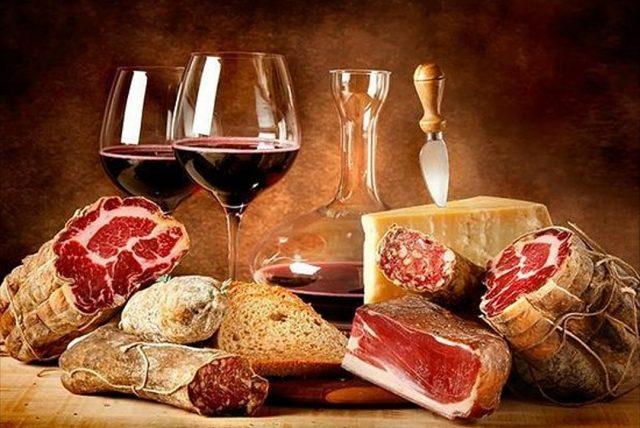 2 calici di vino rosso, metà forma di formaggio, salumi (speck, salami, pancetta e prosciutto crudo)