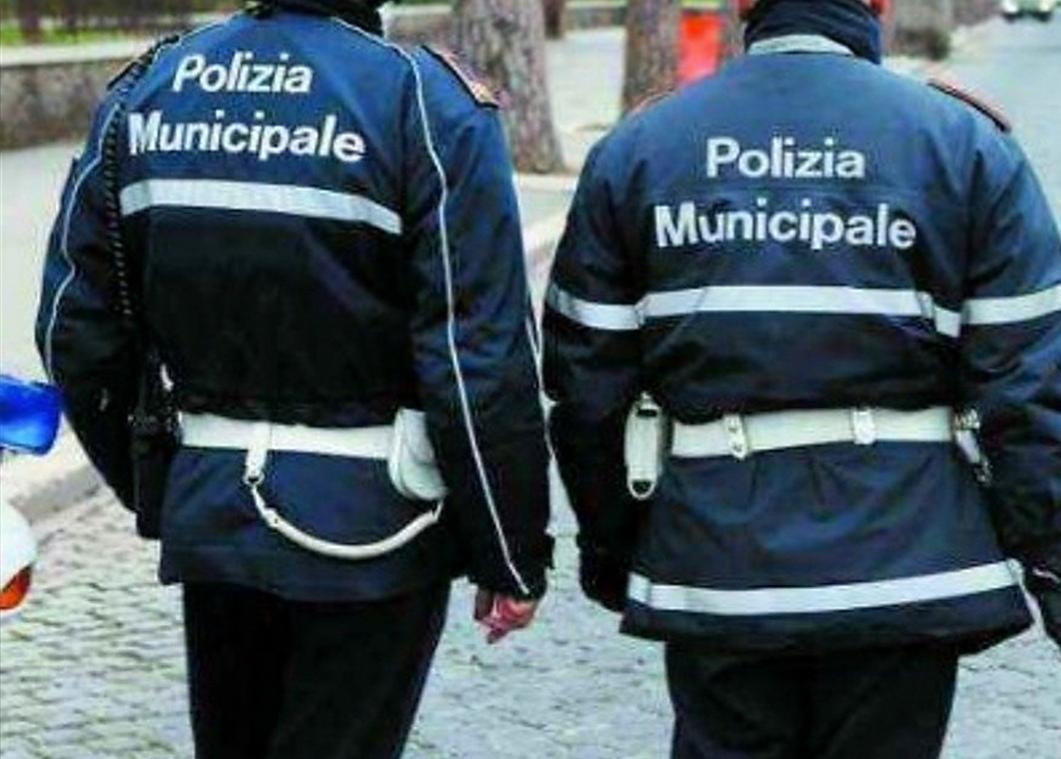 2 vigili urbani di Torino in divisa scura visti da dietro