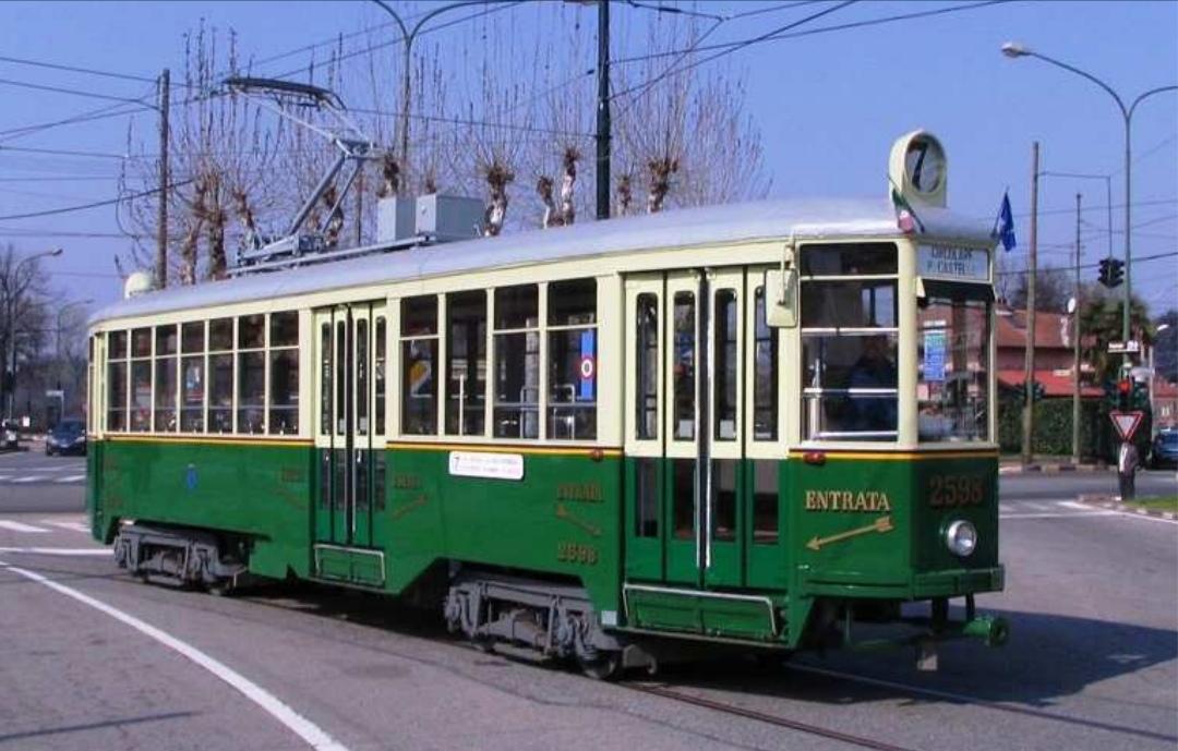 Tram vecchio di colore verde e bianco