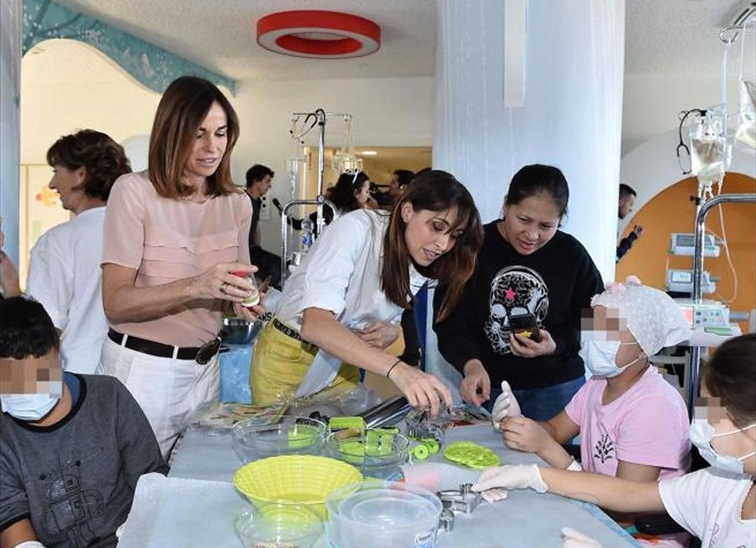 Crisitna e Benedetta Parodi con i piccoli pazienti dell'ospedale