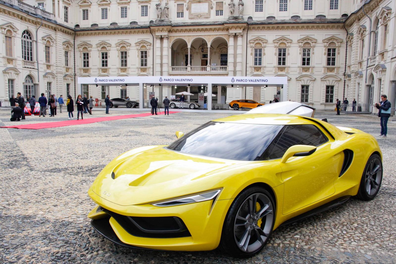 Automobile sportiva gialla davanti al Castello del parco del Valentino