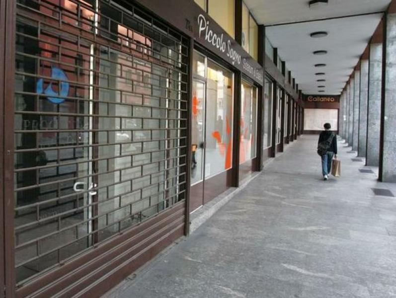 Serranda negozio abbassata sotto i portici di Torino